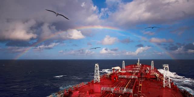 Navire-citerne nord-américain sous un arc-en-ciel.