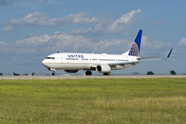 Un avion de United Airlines sur une piste