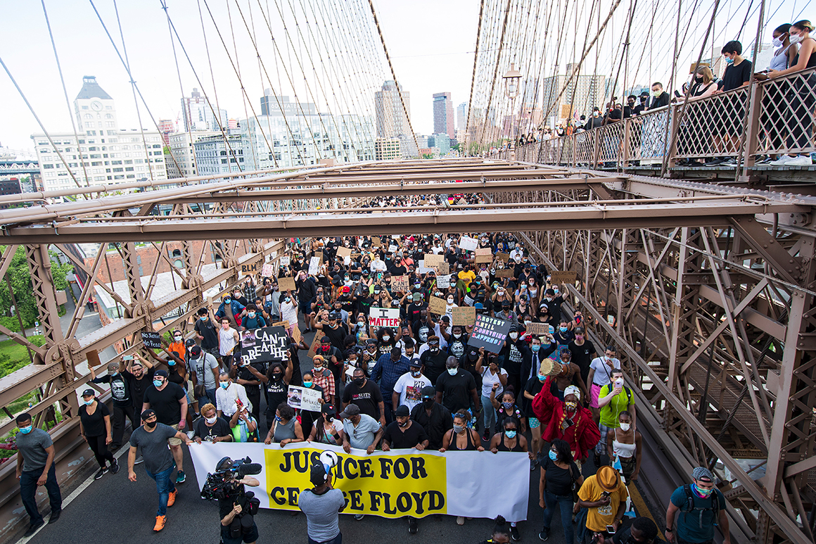 Des militants traversent le pont de Brooklyn